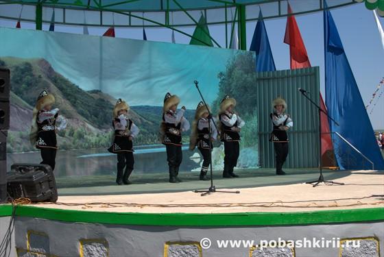 На сцене - башкирские джигиты в традиционных башкирских нарядах