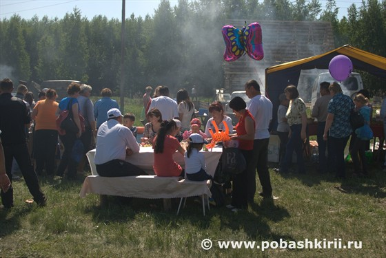 Люди едят шашлык на Сабантуе в Мраково