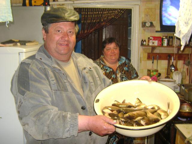 Рыбак с карасями