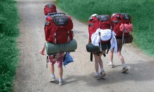 Современные туристы в лесу