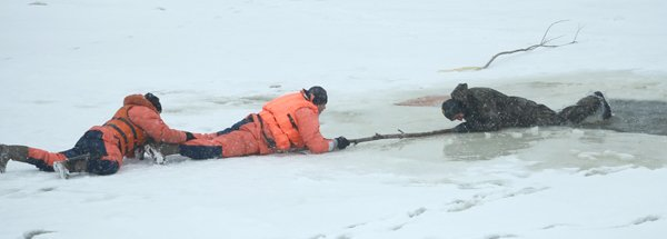 Человек провалился под лед. Что делать?