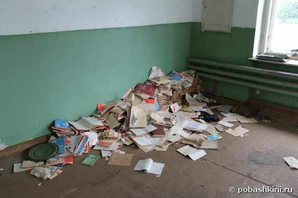 Много советских книг на полу