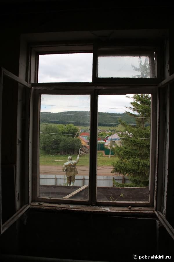 Окно с выходом на статую Ленина