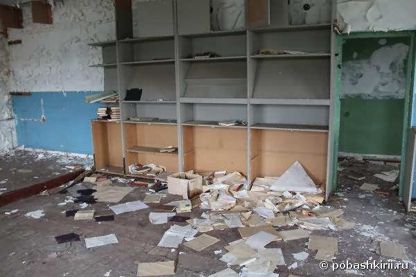 Советские книги на полу коридора, никому не нужны