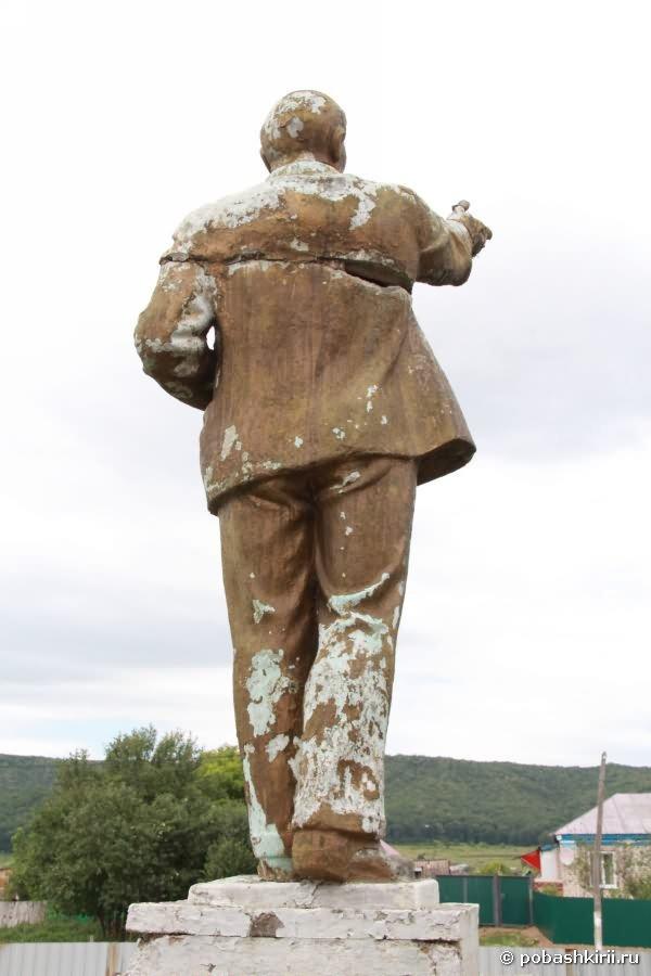Статуя В. И.  Ленина вид сзади