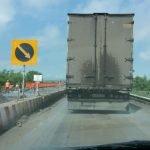 Грузовики едут по ремонтируемому мосту в Башкирии