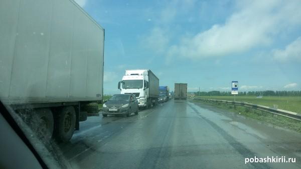 Большегрузный транспорт на трассе М5 в Башкирии