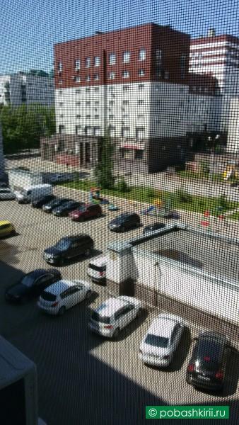 Вид из окна на парковку