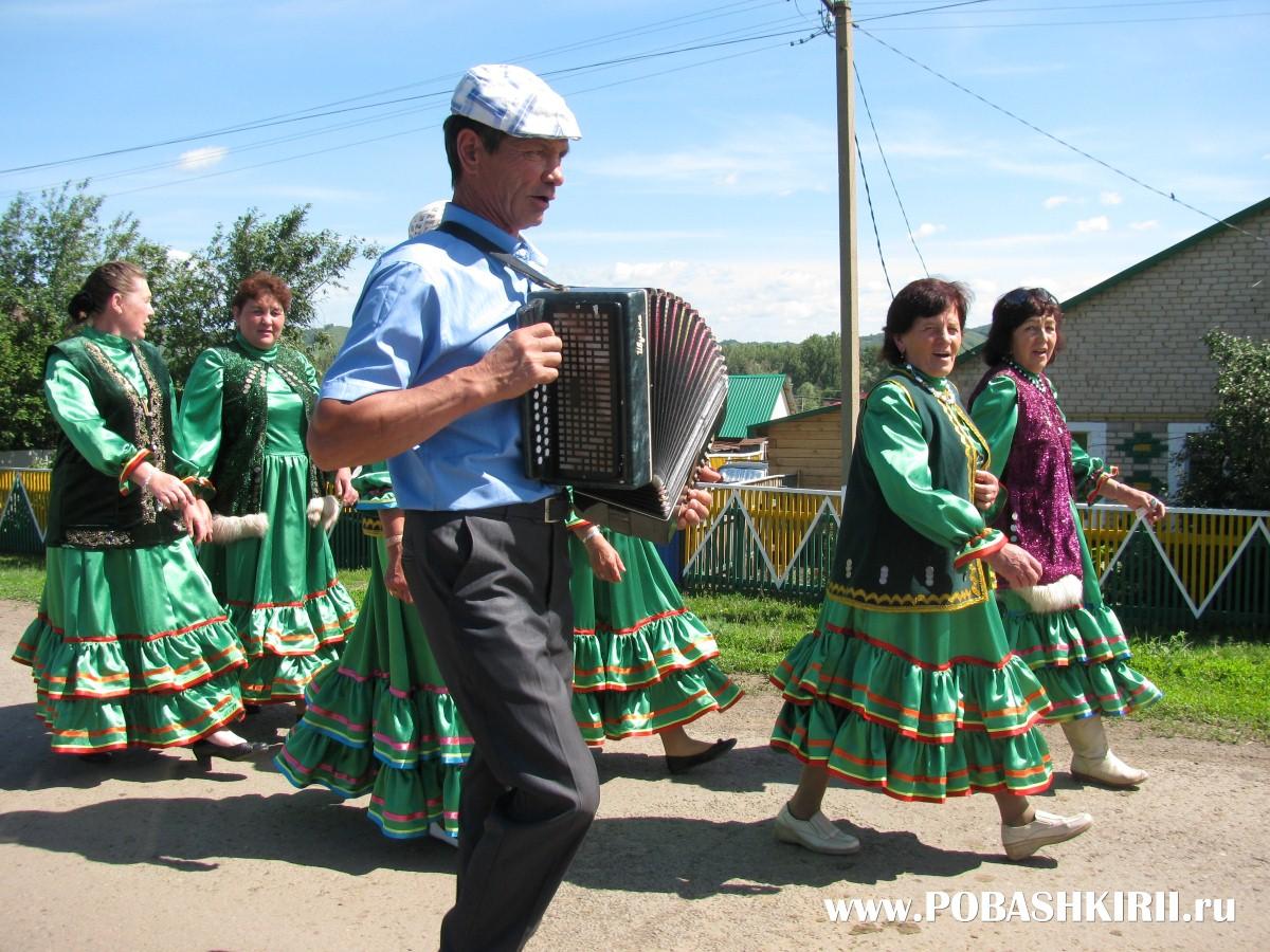 """Гармонист и артисты на празднике """"Һаумыһығыҙ, ауылдаштар!"""""""