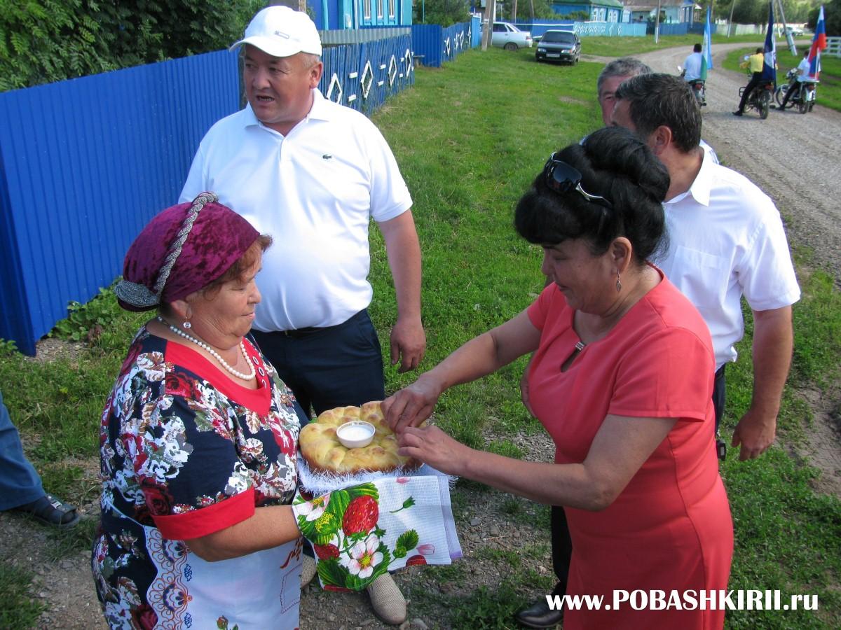 """Гостеприимные хозяева на столах на празднике """"Здравствуйте, односельчане"""" в Башкортостане"""