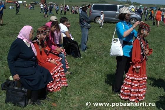 Девочки в традиционных башкирский костюмах