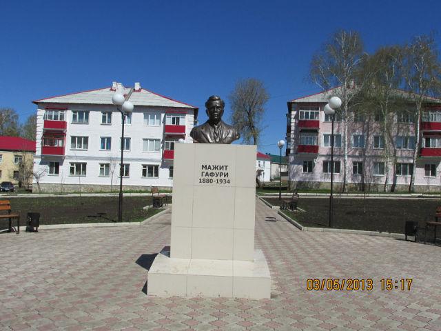 Бюст Мажиту Гафури в Кумертау