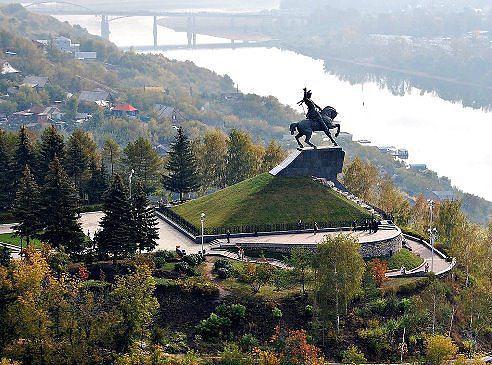 Уфа,столица Башкирии. Памятник Салавату Юлаеву над рекой Белой.