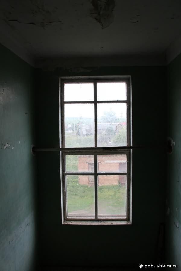 Темное окно с выходом на село