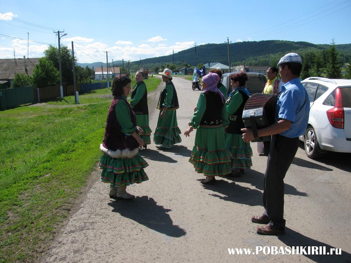 """Люди танцуют на празднике """"Здравствуйте, односельчане!"""" в Новохвалынском"""