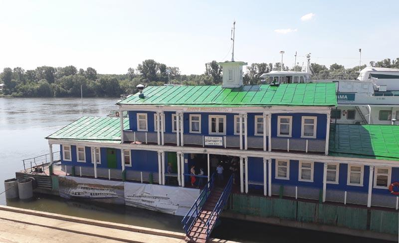 Причал-дебаркадер на реке Белая в Уфе, где швартуются теплоходы